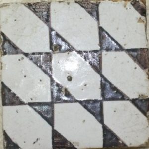 Maioliche antiche campagna con decorazioni geometriche e smaltate