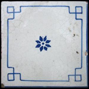 Maioliche italiane antiche bianche con decorazioni sottili in blu