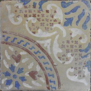 Maioliche italiane antiche decorate con elementi in stile barocco