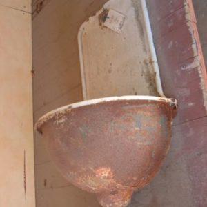Arredo Bagno antico con Toilettes in Ferro