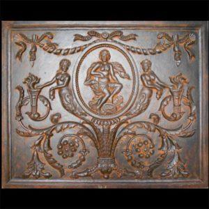 Piastra in ghisa per camino raffigurante motivi floreali e decorativi con soggetti mitologici