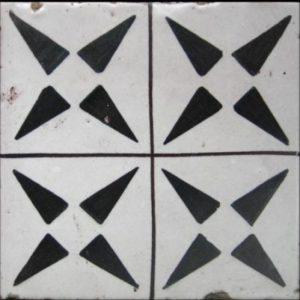 Maioliche italiane antiche bianche con decorazioni geometriche nere