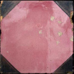 Maioliche italiane antiche decorate dalla forma esagonale di colore rosa e contorni triangolari neri